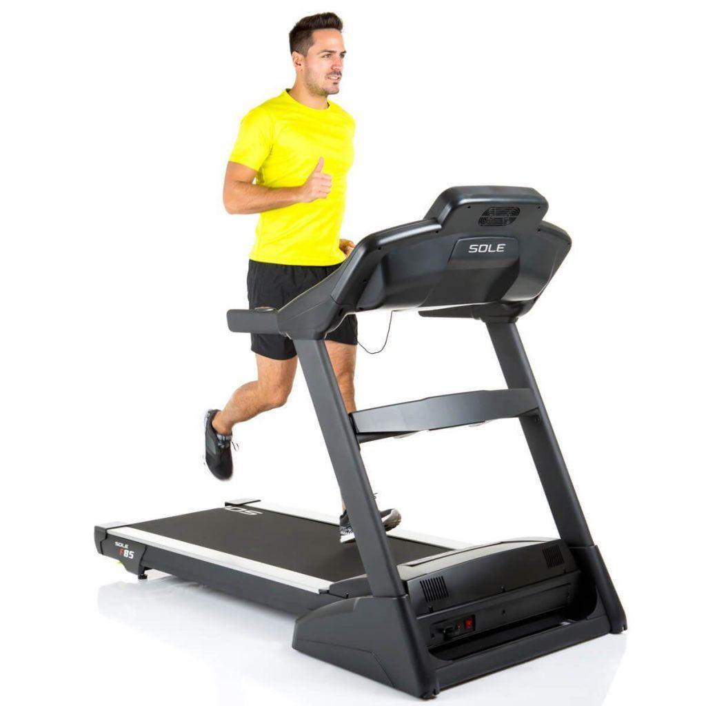 Mann trainiert auf einem Laufband von Life-Fitness Typ F1 smart schwarz