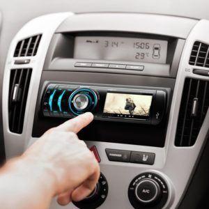 Das oneConcept MDD-150-BT Autoradio macht sich gut im Auto.
