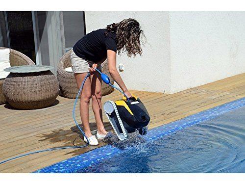 Frau mit einem Poolroboter von Dolphin am Beckenrand