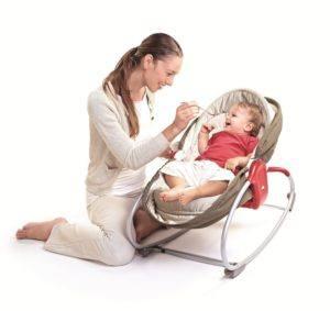 In der Tiny Love 22218003 Schaukel- und Schlummerwippe fühlen sich die Babies geborgen.