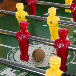 Die Figuren des Tischfussball Rustic V Advance Serie haben einen Soccerfuß.