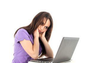 Frau hat Nackenschmerzen nach sitzen auf falschem Bürostuhl