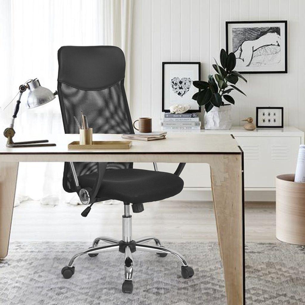 Schwarzer Bürosessel hinter einem Schreibtisch