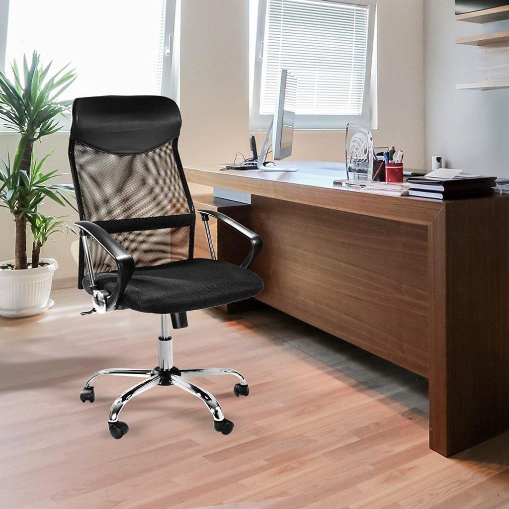Schwarzer Bürosessel vor einem Schreibtisch