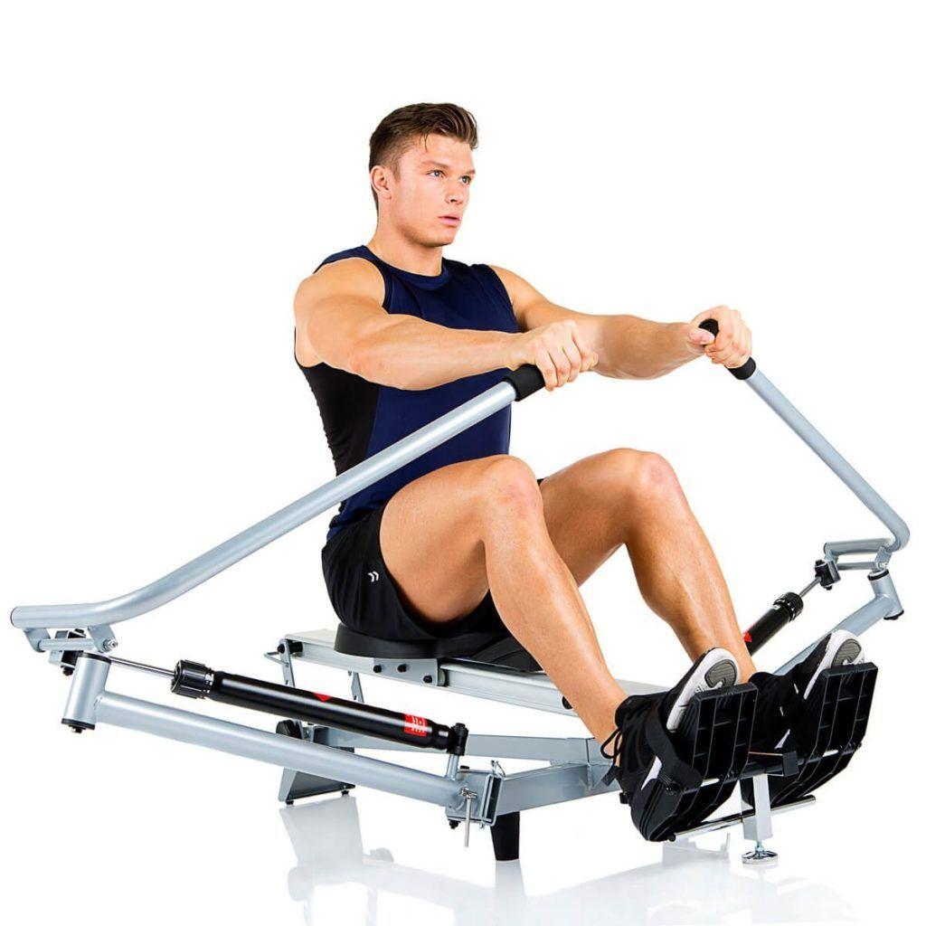 Mann trainiert Hammer Rudergerät Rower Cobra