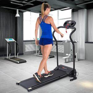 Frau beim Training auf COSTWAY Profi Laufband