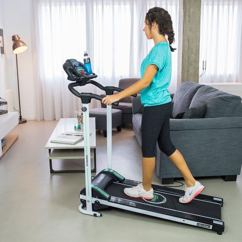Frau trainiert auf dem Laufband Dynamic Speed