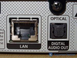 LAN und Optical-Anschluss vom BluRay Player von Samsung im Detail