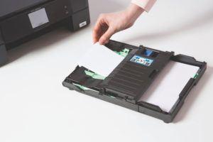 Der Papiereinzug des Brother DCP-J562DW Multifunktionsdrucker Tintenstrahl umfasst 100 Blätter.