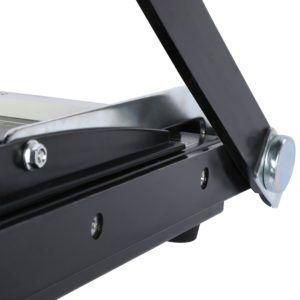 Papierschneidemaschinen gibt es aus Metall oder Kunststoff.