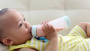 Baby beim Gläschen trinken.