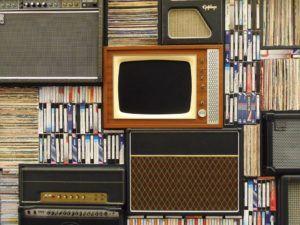 Alter Fernseher inmitten weiterer antiker Geräte