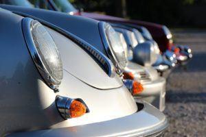 Silberne Porsche in einer Reihe