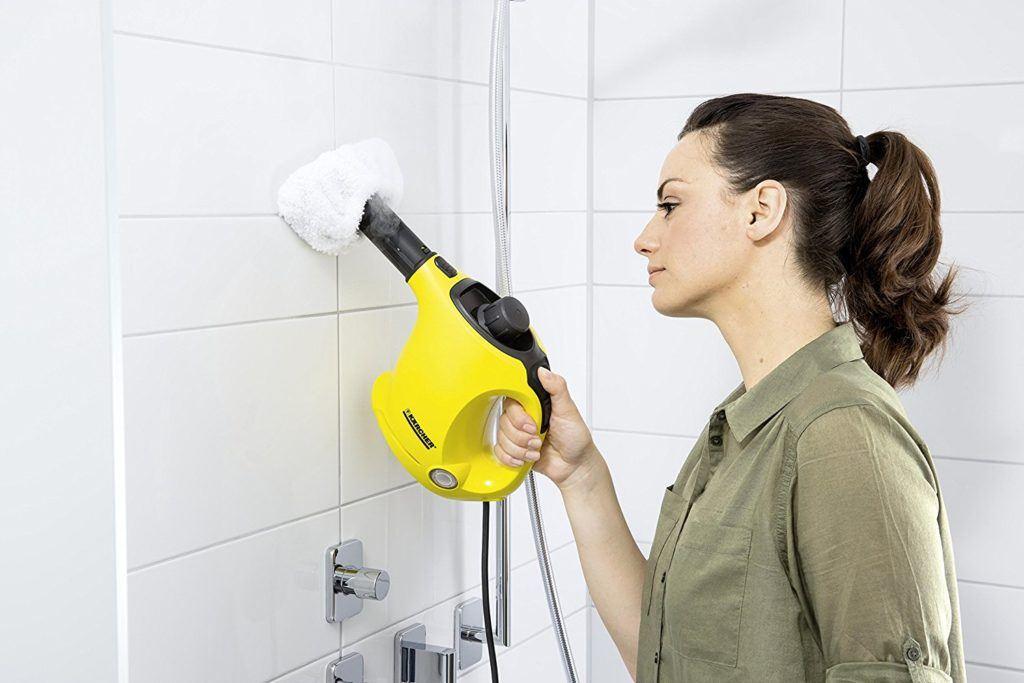 Frau putzt im Test mit Kärcher Dampfente die Wand