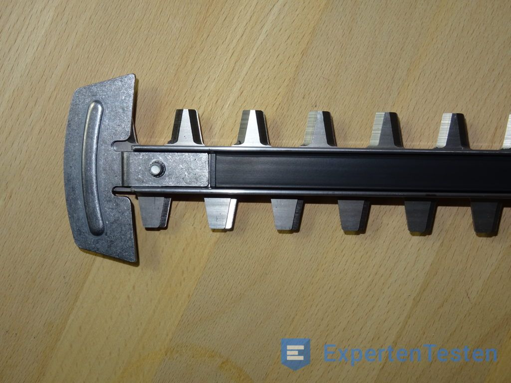 Klinge der Bosch AHS 54-20 LI Akku-Heckenschere in der Detailansicht