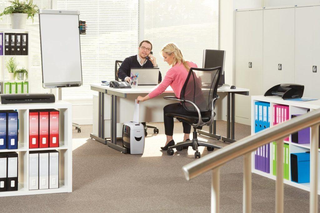 Frau bedient einen Aktenvernichter von Rexel im Büro