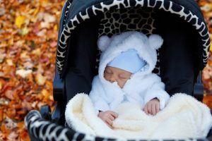 Baby schläft in einem Buggy ganz ruhig