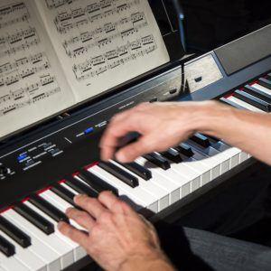 Alesis Recital - Digital Piano mit 88 Tasten in Standardgröße und eingebauten 10W Lautsprechern, Kopfhörer Ausgang
