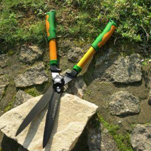 Manuelle Heckenschere Hecht von Grüntek mit Teflonbeschichtung im Garten
