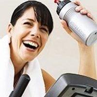 Frau hält Getränk nach Training mit Rudergerät