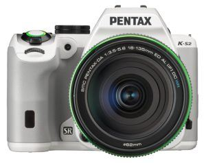 Pentax K-S2 Spiegelreflexkamera (20 Megapixel, 7,6 cm (3 Zoll) LCD-Display, Full-HD-Video, Wi-Fi, GPS, NFC, HDMI, USB 2.0) Kit inkl. 18-135mm WR-Objektiv weiß