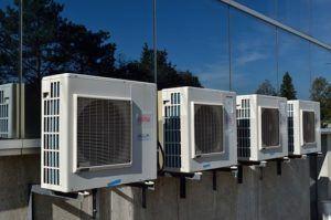 Klimageräte Air Conditioner Außeneinheiten vor Glasfassade