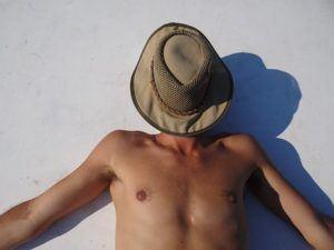 Mann hat in der Hitze Wunsch nach einem Klimagerät