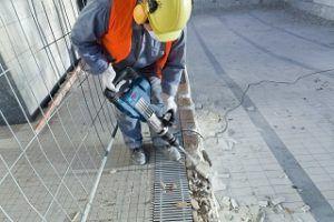 Arbeiter mit Bosch Professional GSH 11 VC Abbruchhammer im Test