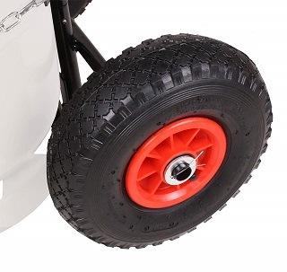 profilierte, luftbereifte Räder für exzellente Manövrierbarkeit auch auf unebenem Gelände Test