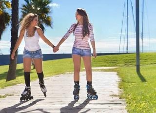 Zwei Frauen testen die Vi 84 Pure Damen Inline-Skates
