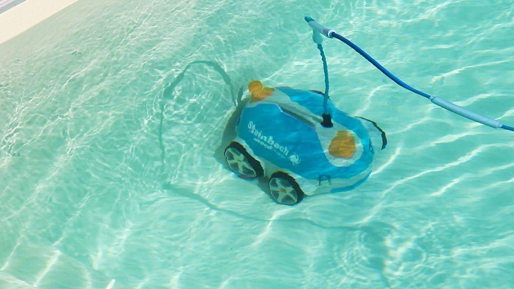 Poolroboter SpeedCleaner von Steinbach im Einsatz im Poolbecken