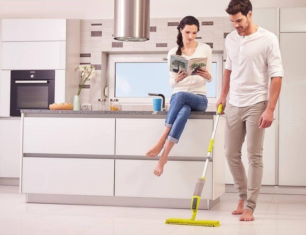 Küche wird mit 4 in 1 AQUA Multi Spraymop im Bodenwischer Test geputzt