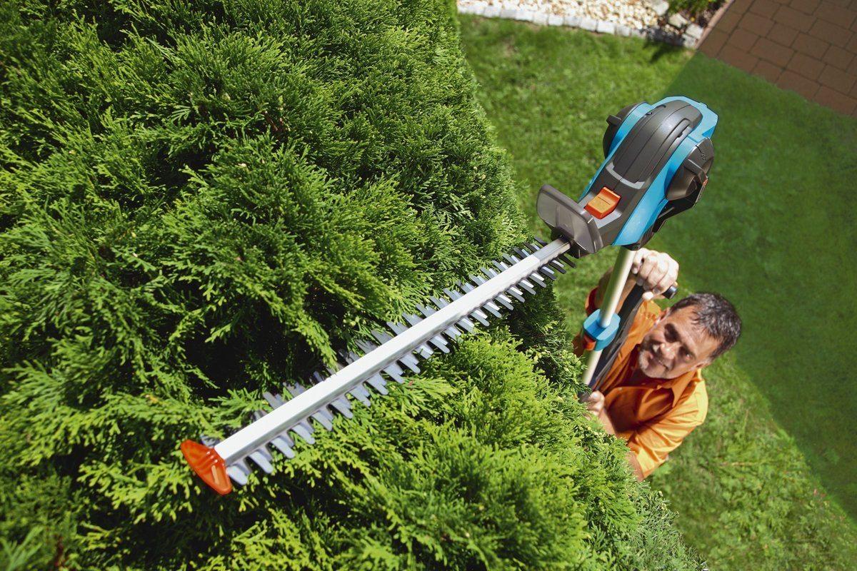 Teleskop-Heckenschere von Gardena im Einsatz