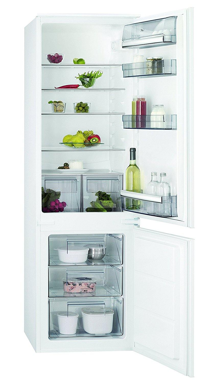 Innenseite von einem Einbaukühlschrank mit Gefrierfach