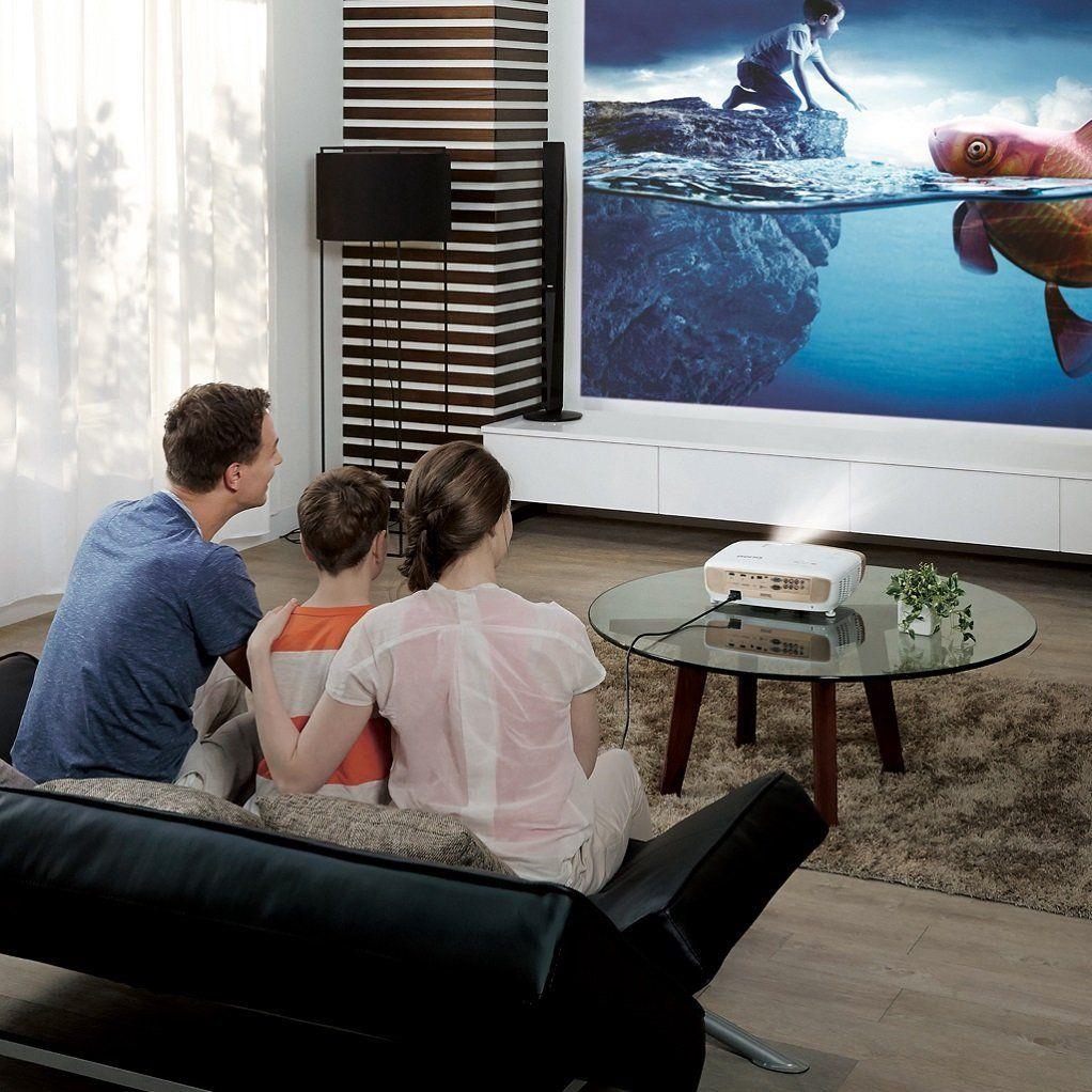 Familie schaut Film mit Beamer und Leinwand im Test