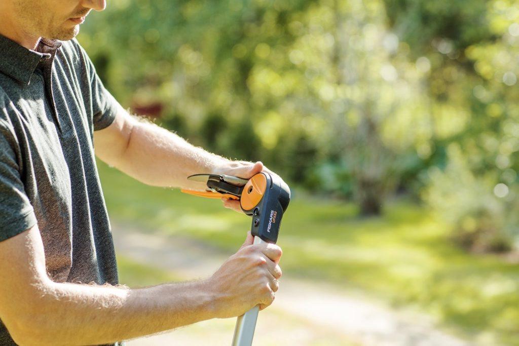 Mann stellt Baumschere im Test ein