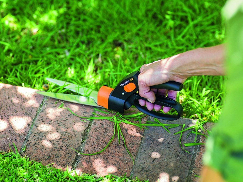Gras wird am Rand entland mit Fiskars Rasenkantenschere im Test geschnitten