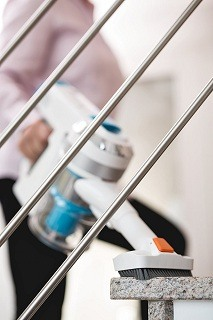Der Genius Invictus X7 Staubsauger saugt auf Treppen im Test
