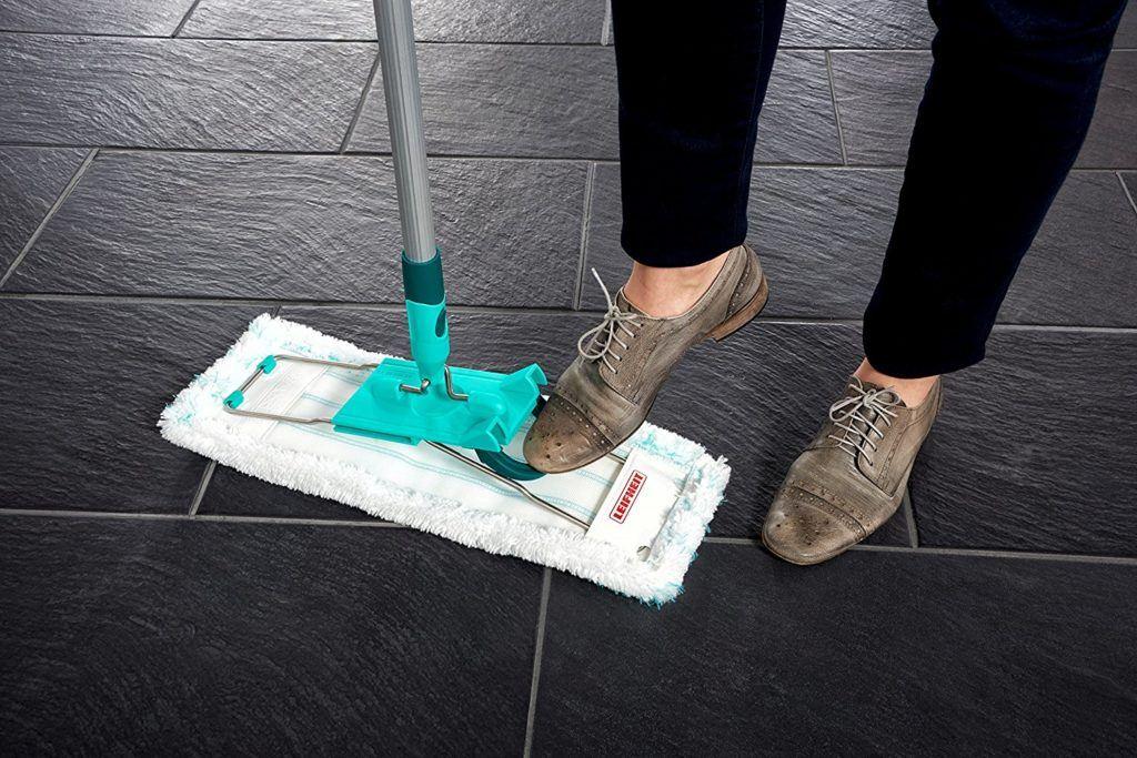 Frau benutzt den Leifheit Bodenwischer im Test auf Fliesenboden