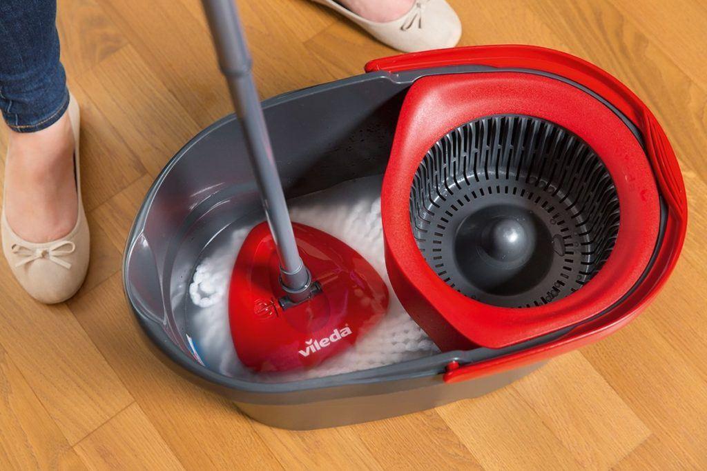 Vileda Frau wischt mit EasyWring & Clean im Bodenwischer Test