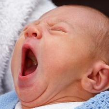 Ratgeber elektrische Babywippe Baby gähnt