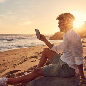 ebook reader lesen beim schönnen sonnenuntergang