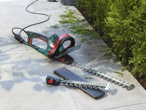 Metabo Elektro-Heckenschere mit Schwertschutz und Ersatzschwert im Garten