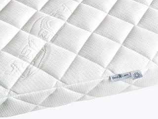 Die BestCare Kinderbettmatratze ist sehr weich im Test