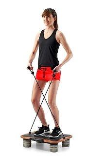 Frau übt mit Gurt auf Schmidt Sportsworld Vib 11 Vibrationsplatte im Test