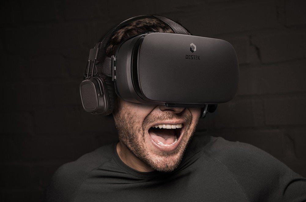 VR Brille Test - der Mann testet VR Brille Destek