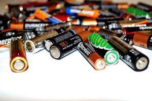 Alte Batterien von CO-Melder auf einem Haufen