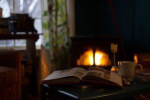Sicheres Wohnzimmer mit CO-Melder beim Kaminfeuer
