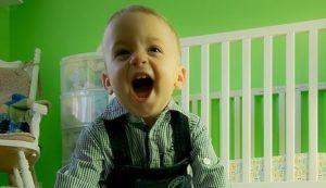 kleines Kind lacht fröhlich