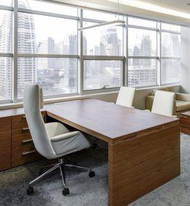 Weißer Office Chefsessel hinter einem Schreibtisch